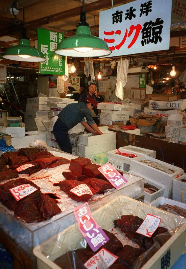 調査捕鯨で取ったミンククジラの肉を販売する仲卸店(東京都中央区の築地市場、2002年)