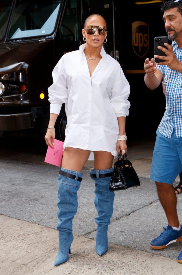 Jennifer Lopez usando unas botas Versace