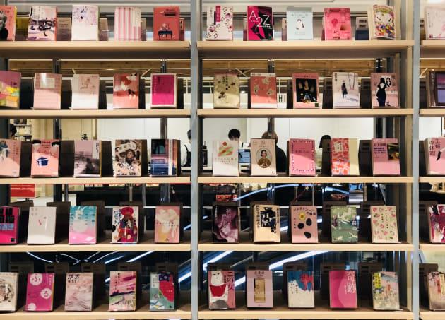 店長の花田さんによるキュレーションコーナー。オープン時は「春に読みたい本」や「ピンクが効いたかわいい表紙の文庫」を展開している。