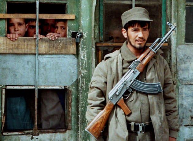 カラシニコフ銃を持って刑務所の監視にあたる青年=1996年、アフガニスタン
