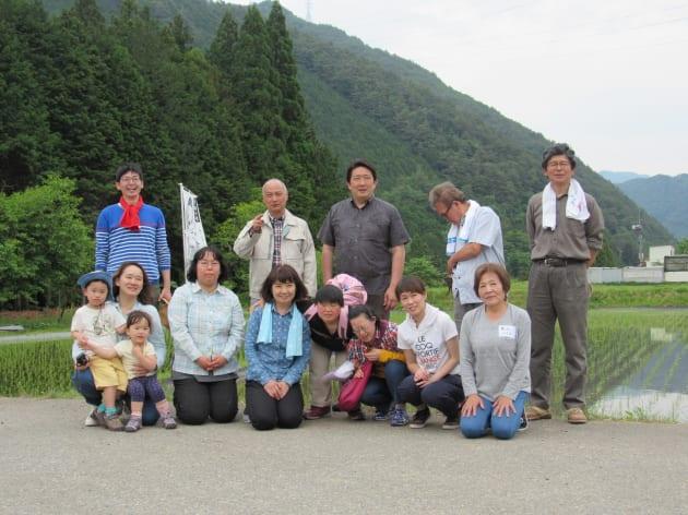 田植えに参加した「ひだまりの家」の利用者や「龍の瞳」の社員ら。後列中央が川嶋さん