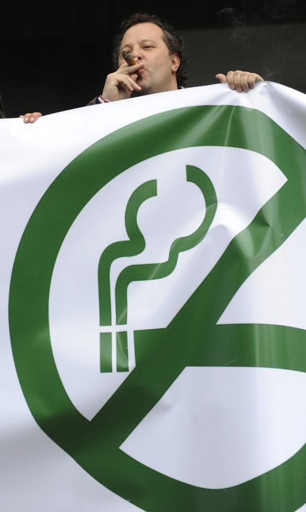 2011年の新しい禁煙法が施行後、新法に反対する運動に参加する男性=2011年3月、スペイン