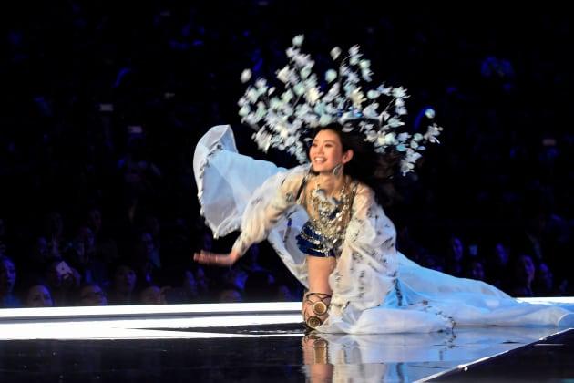 転倒する中国人モデルのミン・シーさん