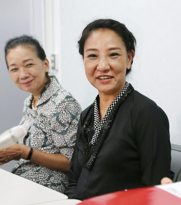1審・大阪地裁で勝訴し、記者会見した李信恵さん(右)