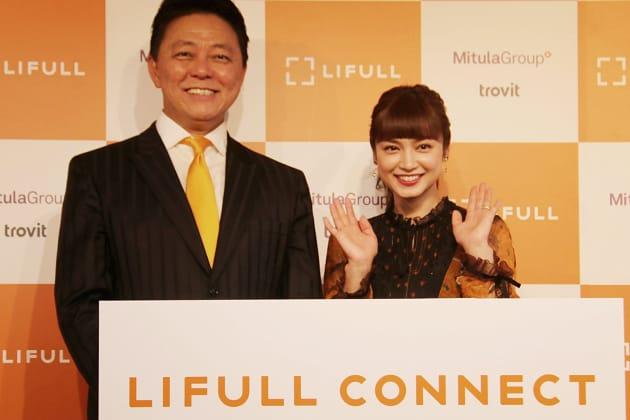株式会社LIFULL 代表取締役社長 井上高志氏(左)。発表会には、LIFULLのグローバル本部長を務める長友佑都選手の代わりに、妻である平 愛梨さん(右)も駆けつけた。「海外でくらしていると、のびのびと子育てできていいんです」と語った