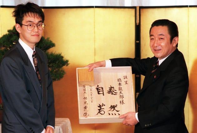 内閣総理大臣顕彰を受けた羽生善治名人(左)からサイン入りの将棋盤を贈られた橋本龍太郎首相(東京・首相官邸) 撮影日:1996年03月21日
