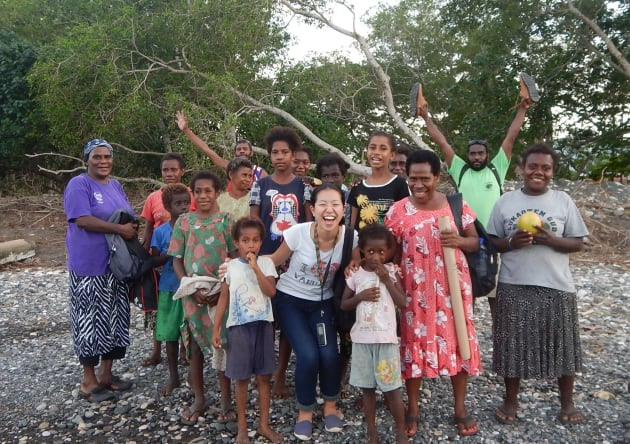 巡回診療後、島を離れる前にお見送りに来てくれた島民と巡回医療チームで集合写真