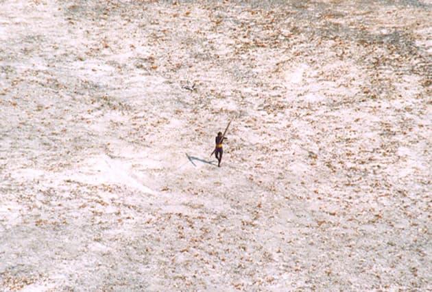 ヘリコプターに向かって弓矢を構えるセンチネル人(2005年12月28日撮影)