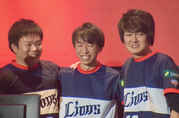 日本一になった埼玉西武ライオンズ。左からミリオン選手、なたでここ選手、BOW川選手