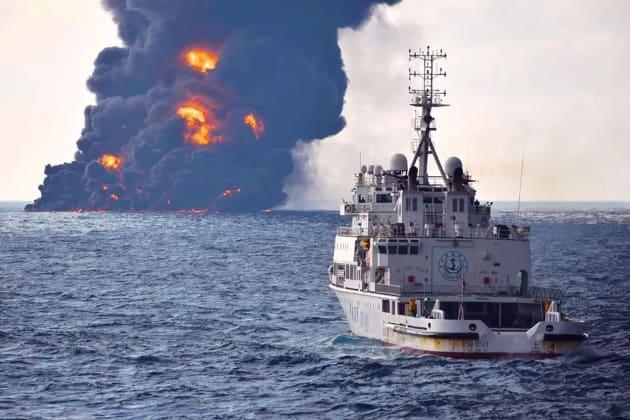 La fumée noire au dessus du pétrolier toujours en feu, avant qu'il ne coule le 14 janvier