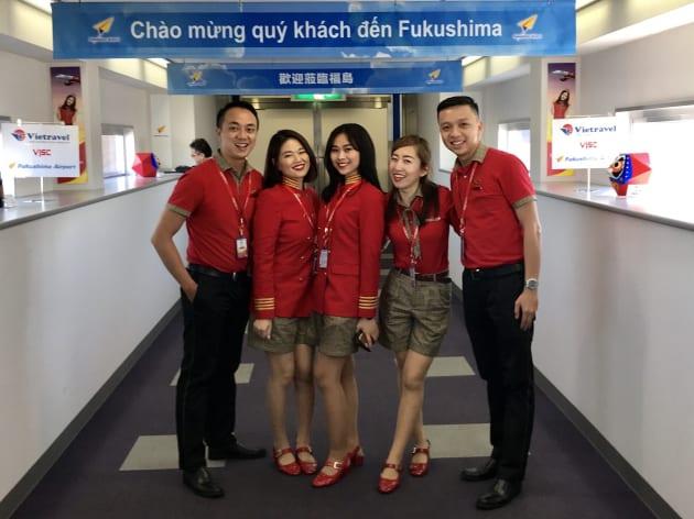 日本人CAとして採用された佐久間さん(右から2番目)、谷さん(左から2番目)。福島へのチャーター機到着後。