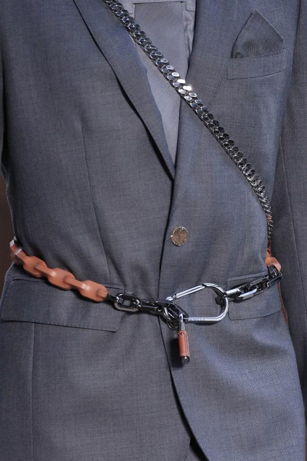 Fashion Week de Londres   des antivols de vélo en guise de ceinture-porte- 7cc478e2927