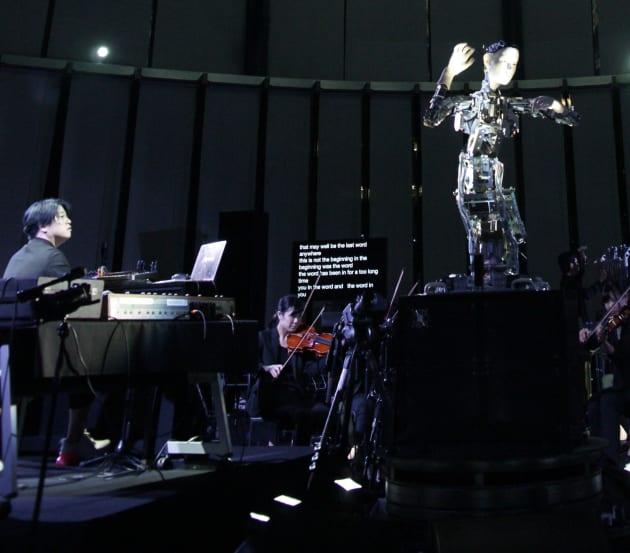 渋谷慶一郎さん(左)と「オルタ2」