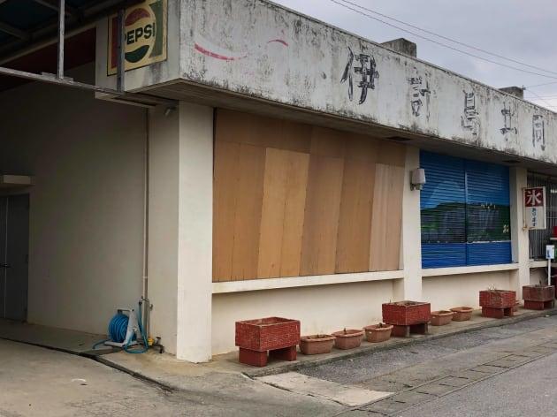 ベニヤ板で覆われた「落米のおそれあり」(11月20日ごろ撮影)