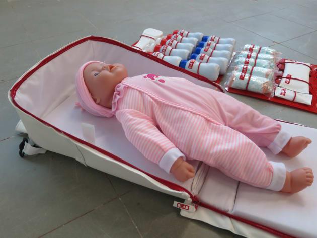 防災マザーズバッグをベッドにして赤ちゃんを寝かせているところ(三島さん提供)