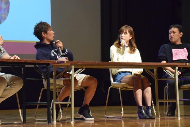 「AVはファンタジーで、見せるもの。プライベートのセックスとは違う」と話す紗倉まなさんとしみけんさん(左)=2018年11月4日