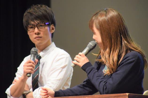 一徹さんと紗倉まなさん(右)