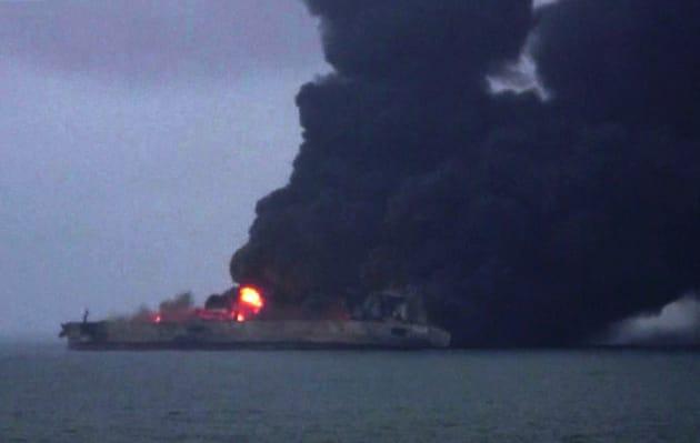 Le pétrolier iranien en feu le 8 janvier, soit deux jours après sa collision