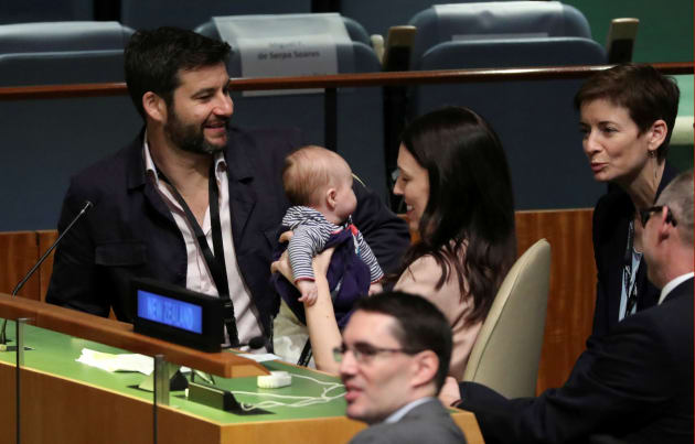 国連総会で、演説後に子供を抱き上げるニュージーランドのジャシンダ・アーダーン首相