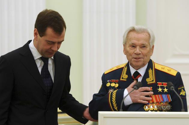 メドベージェフ大統領(当時、左)に90歳の誕生日を祝ってもらうカラシニコフ氏=モスクワ