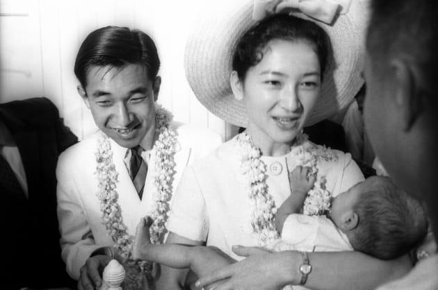 フィリピン訪問で、マニラの国立児童保護施設を訪問された皇太子さま(現在の天皇陛下)と赤ちゃんを抱かれる美智子さま=1962年11月7日