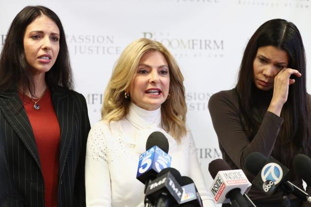 弁護士(中央)と会見する、元女優のレジーナ・シモンズさん(左)と元モデルのファビオラ・デービスさん(右)
