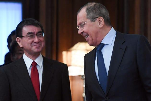 会談に臨む河野太郎外相とロシアのラブロフ外相=1月14日、モスクワ