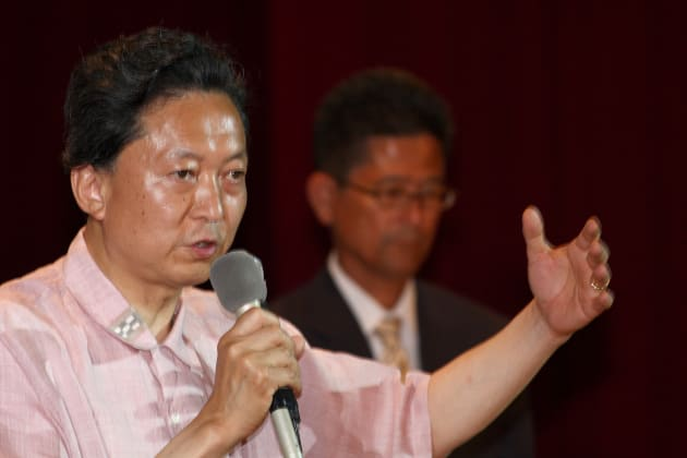 那覇市内で演説する鳩山由紀夫氏(左)=2009年7月19日