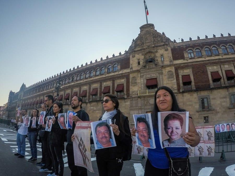 """Periodistas protestaron frente a Palacio Nacional, luego del asesinato del reportero Héctor González Antonio, en Tamaulipas, bajo la consigna """"Ustedes quieren votos, nosotros justicia"""", el 1 de junio de 2018."""