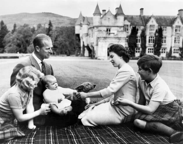 エリザベス女王一家。(左からアン王女、フィリップ殿下、アンドリュー王子、エリザベス女王、チャールズ皇太子)September 8, 1960