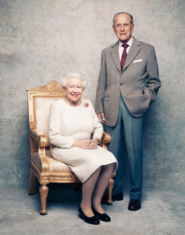 結婚70年を迎えるエリザベス英女王(左)とフィリップ殿下=英王室が19日公表(イギリス)