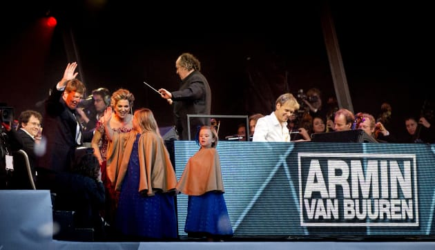 2013年、オランダ国王即位記念コンサートでのアーミン・ヴァン・ビューレンとロイヤルファミリー。国王夫妻もヴァン・ビューレンのファンだという
