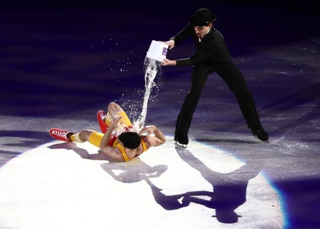 水を浴びせられるフェルナンデス選手