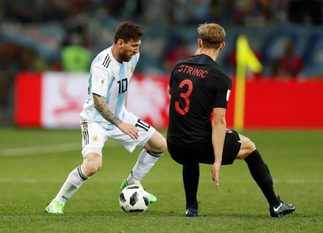 クロアチアと対戦するアルゼンチンのメッシ(左)=6月21日、ロシア・ニジニノブゴロド