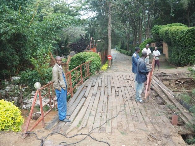 前日の豪雨で崩壊した橋を修復中。
