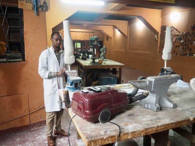 義肢装具士のエメリー。作業台には掃除機が。
