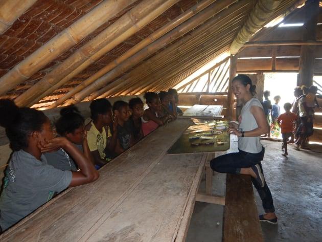 村の10代の女の子達に集まってもらい避妊薬の説明をしました。