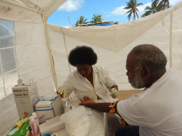 首都から1時間ほどかかる村で血液検査を実施。白い砂浜ビーチにテントを立てて採血スペースを作ります。