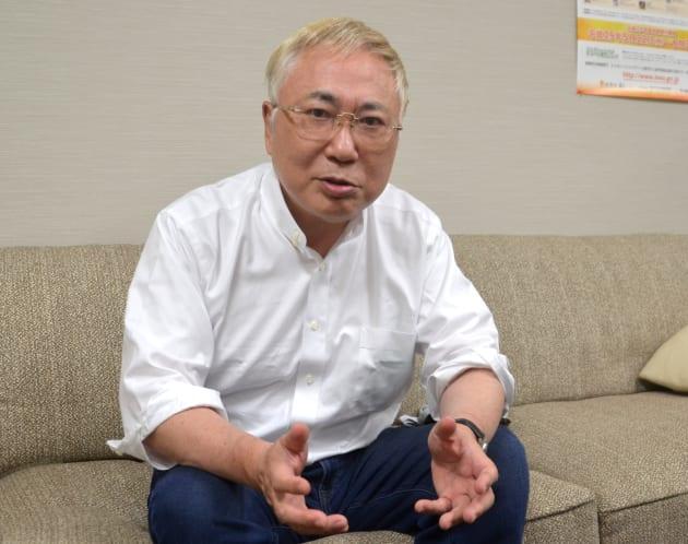 インタビューに答える高須克弥さん=東京・赤坂