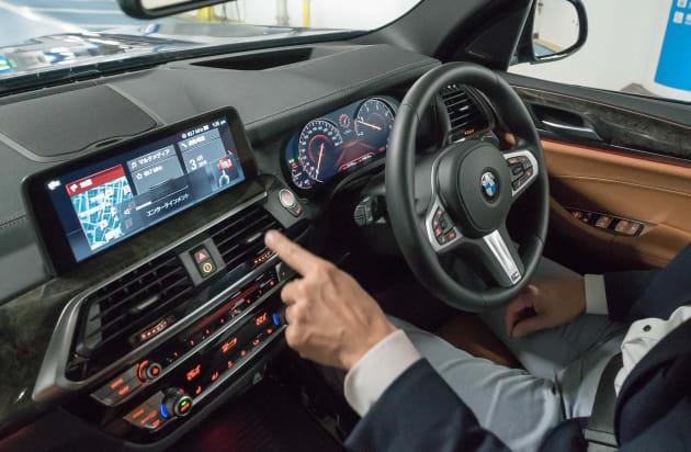 指を回すジェスチャーをすると、天井からセンサーが動きを感知し、自動で音量を上げ下げしてくれる「BMWジェスチャー・コントロール」。運転に集中するため、画面を見ずに運転に集中するための便利な機能だ。