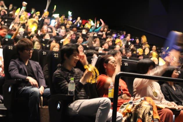 絶叫上映企画チーム「V8Japan」の前説に湧き上がる参加者たち
