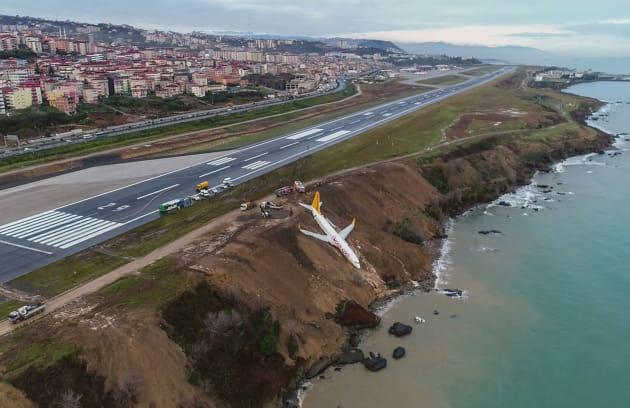 滑走路わきの急斜面で止まったペガサス空港の旅客機。着陸しようとした際、期待がスリップして滑走路を外れたという=1月14日、トルコ北東部のトラブゾン空港