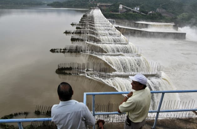 Amit Dave Reuters Indian Officials Look At The Overflowing Sardar Sarovar Narmada Dam In Kavadia 194 Km South Of Ahmedabad August 29 2011