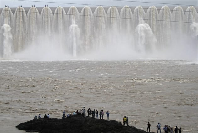 Amit Dave Reuters Picnickers Stand In Front Of The Overflowing Sardar Sarovar Narmada Dam Kavadia 194 Km South Ahmedabad August 10 2012