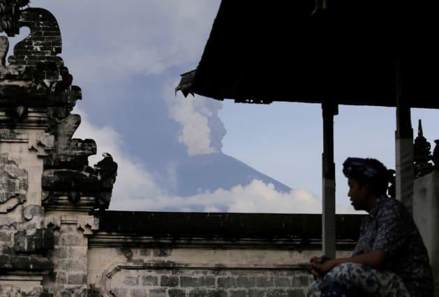 噴火するアグン山、11月27日撮影