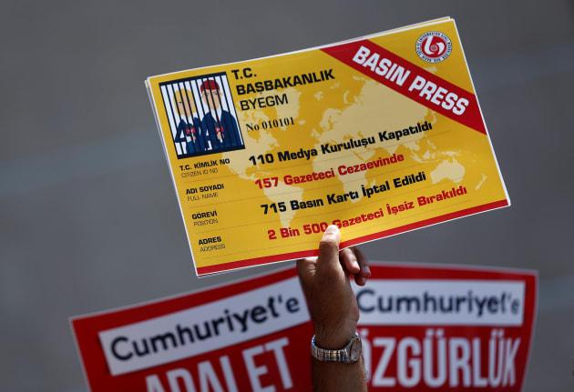 Protesta ante la corte que juzga a los periodistas del 'Cumhuriyet' en