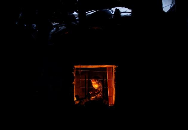 Una anciana palestina, vista en la ventana de su cocina, en Beit Lahiya. Los gazatíes tienen tres o cuatro...