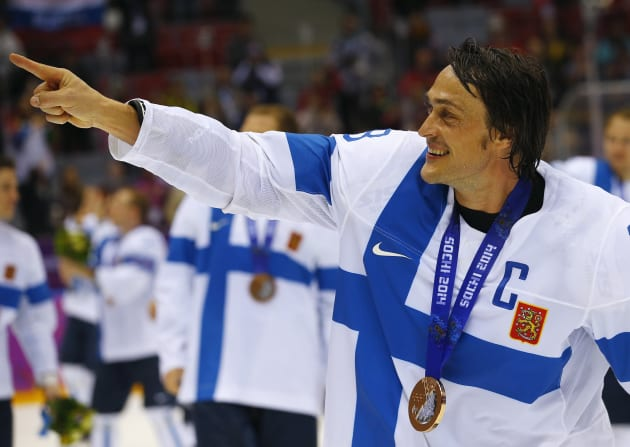 Finland's Teemu Selanne gestures as he celebrates after their men's ice hockey bronze medal victory over Team USA at the Sochi 2014 Winter Olympic Games February 22, 2014. REUTERS/Brian Snyder (RUSSIA  - Tags: OLYMPICS SPORT ICE HOCKEY)