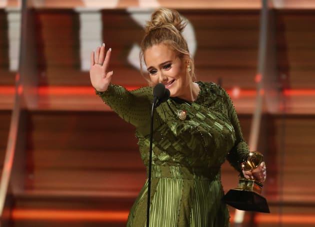 第59回グラミー賞で最優秀アルバム賞など3冠に輝いたアデル。スピーチでは、ビヨンセに向けて「あなたは私たちの光です」と涙ながらに語った。