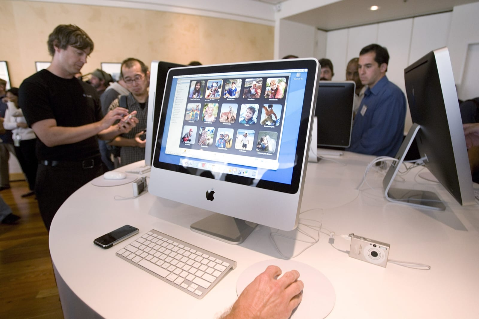 Apple Introduces New Versions Of The iMac Computer And  iLife Applications